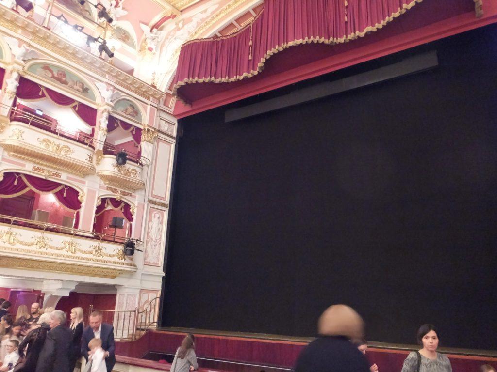 ヴロツワフ歌劇場のバルコニー席と舞台