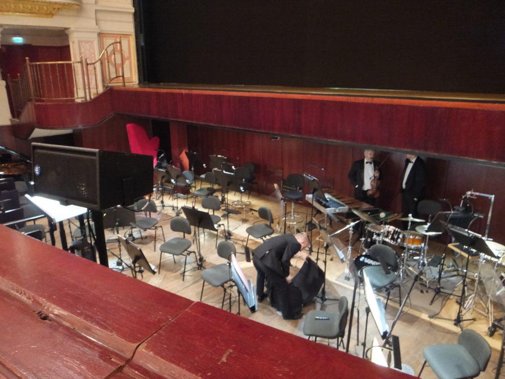 ヴロツワフ歌劇場のオペラピットに椅子がたくさん並んでいる