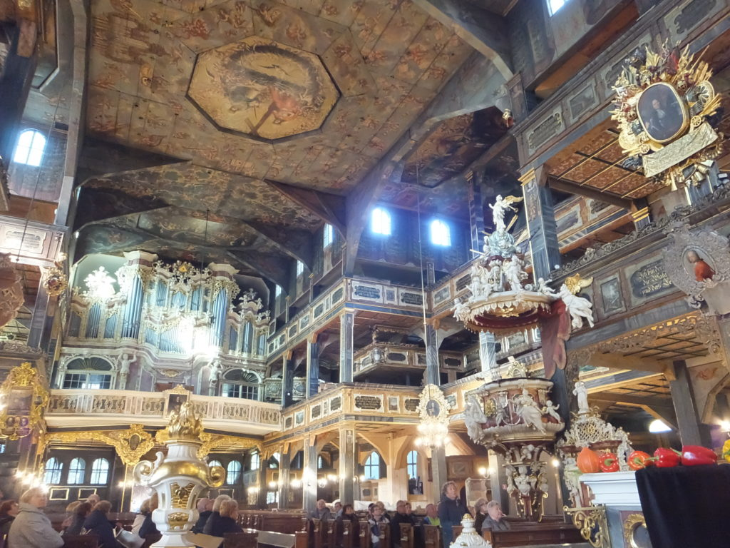7500人収容できる広い教会は、天井や壁面は、全部絵画で装飾