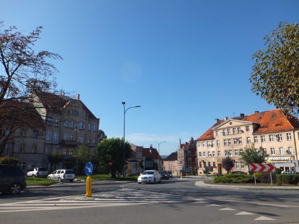 ポーランド、ヤヴォル教会近くの道路と建物