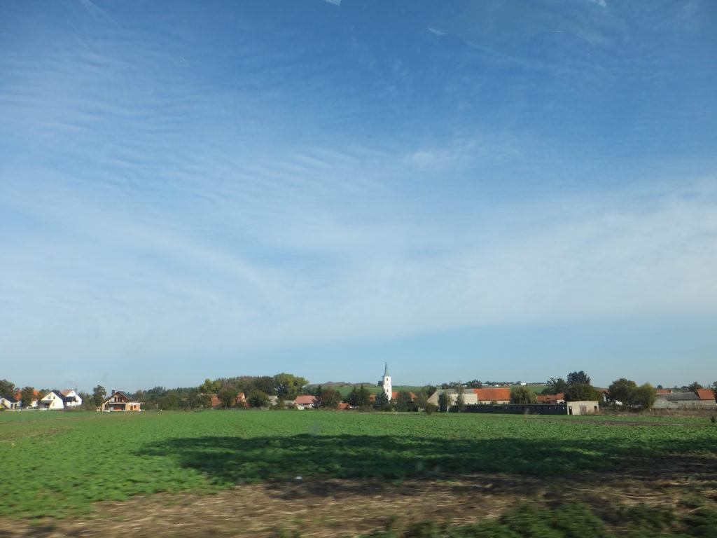 ヴロツワフからシフィドニツァとヤヴォル平和教会へ行く畑と空が広がる景色