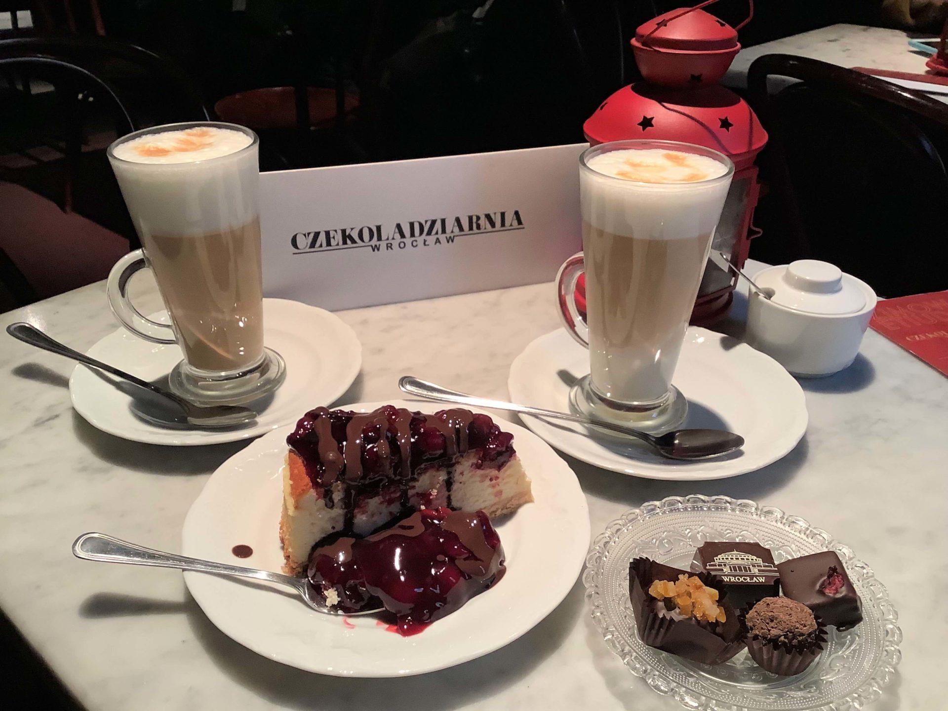 ヴォロツワフのCzekoladziarniaのカフェのチーズケーキとチョコレートとカフェラテ