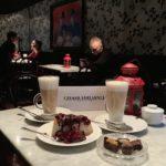 ヴォロツワフのチョコレート屋のケーキとチョコとカフェラテ