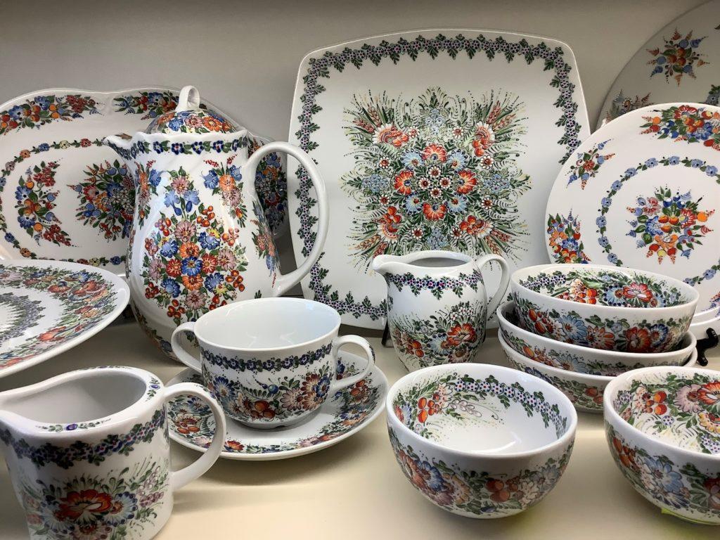 細やかな花草が描かれたボレスワビエツ陶器の大皿、カップ