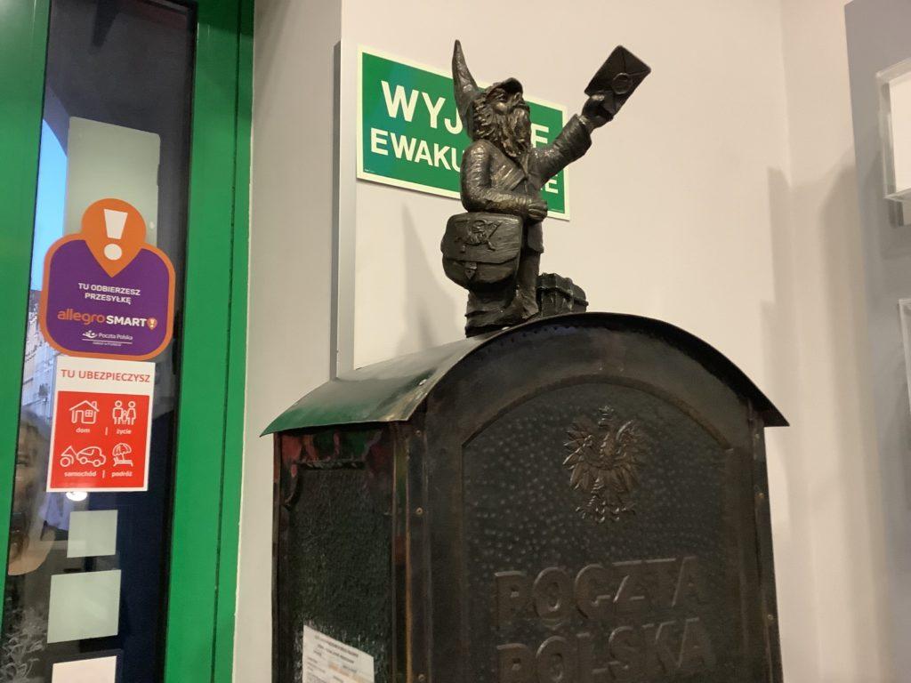 ヴロツワフの郵便局にいる郵便配達員の銅像とポスト