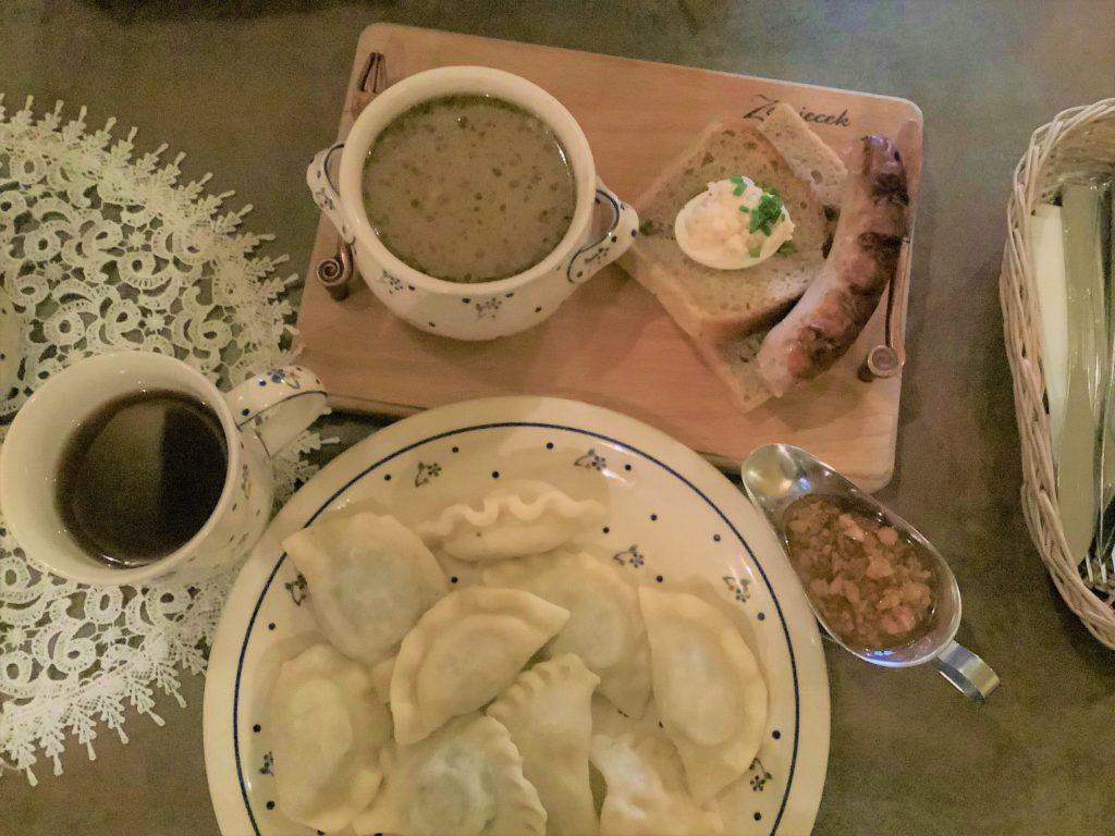 ピエロギとスープとパンとソーセージ