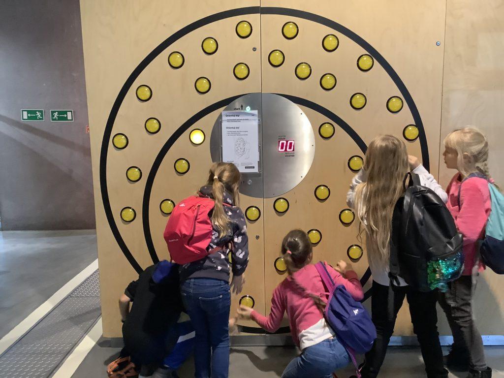 ポーランドのコペルニクス科学センターの反射神経測定装置で遊ぶ子供たち