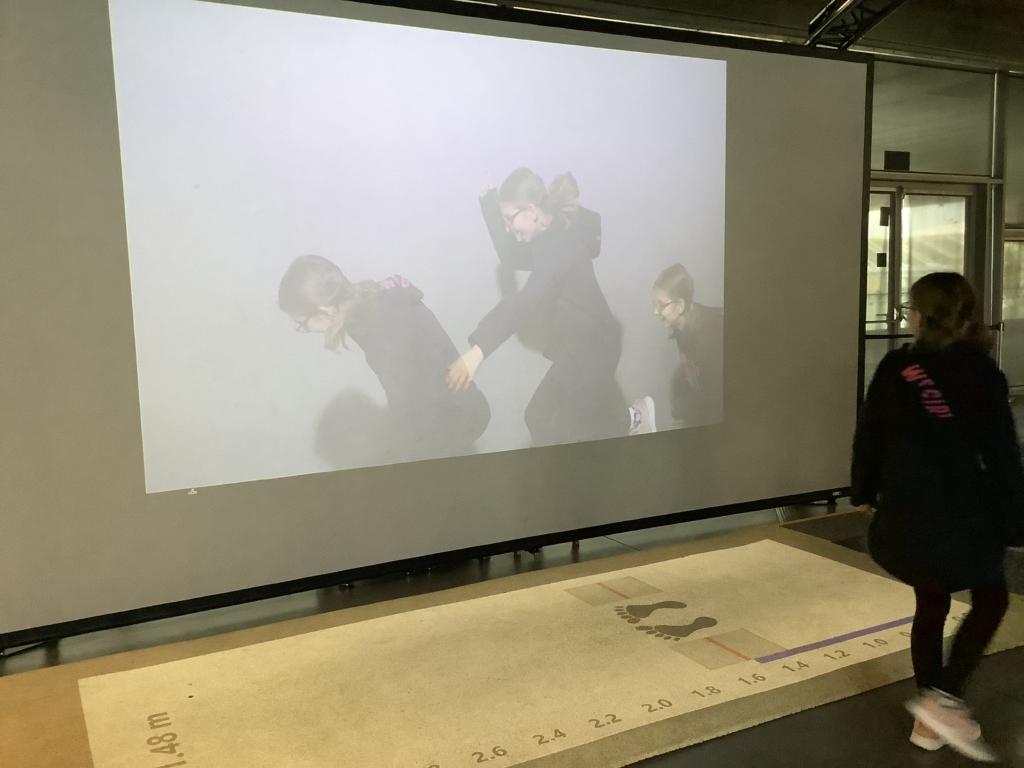 ポーランドのコペルニクス科学センターの幅跳びの瞬間を撮影する装置
