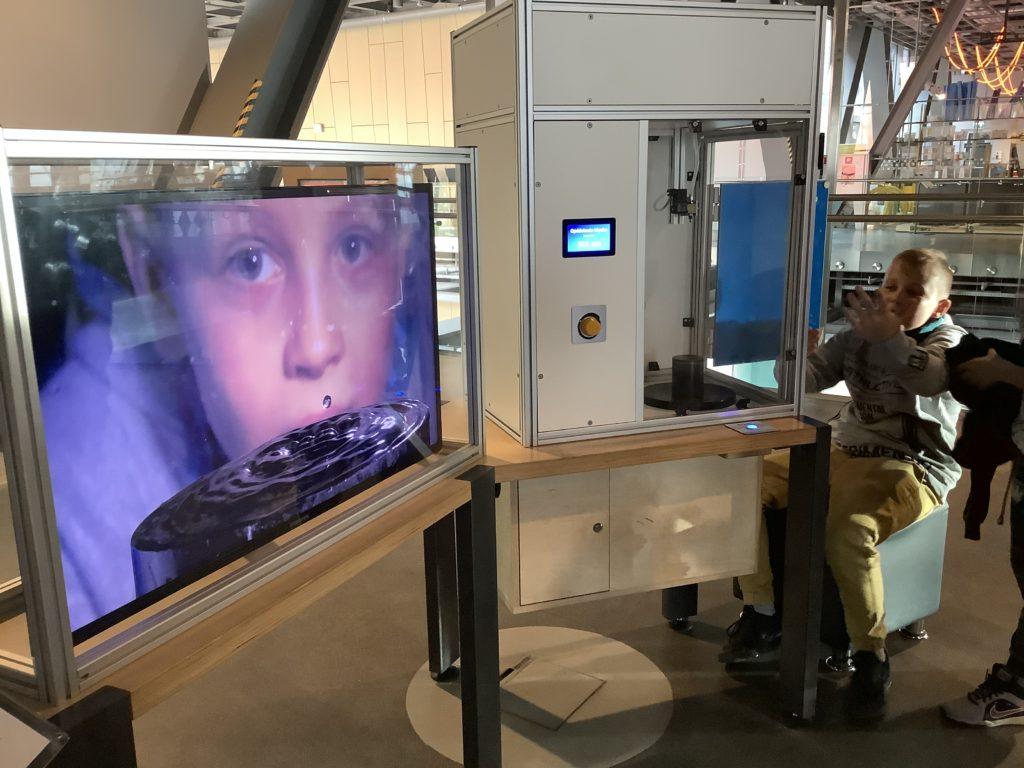 ポーランドのコペルニクス科学センターの水が落ちてくる瞬間を撮る装置