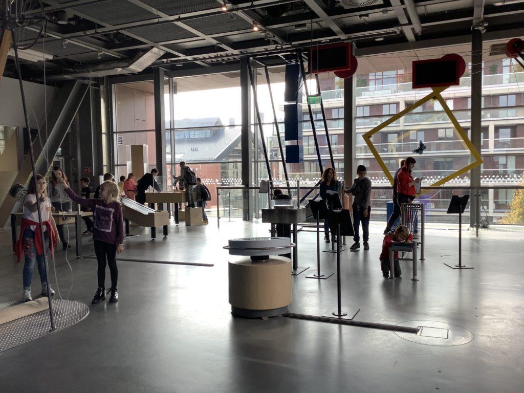 コペルニクス科学センターの体験型展示で遊ぶ人たち