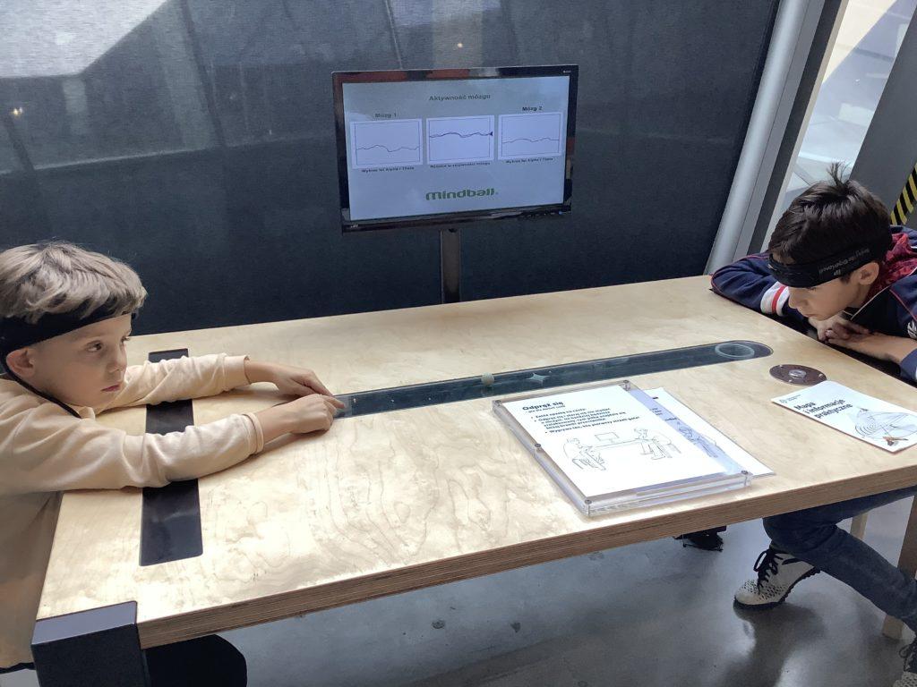 コペルニクス科学センターの集中力装置で遊ぶ男の子2人