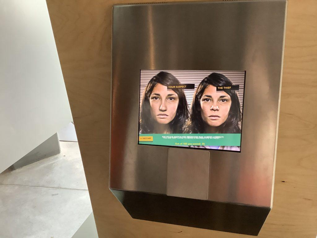 ポーランドのコペルニクス科学センターにある犯人の顔を覚えておく似顔絵作成装置