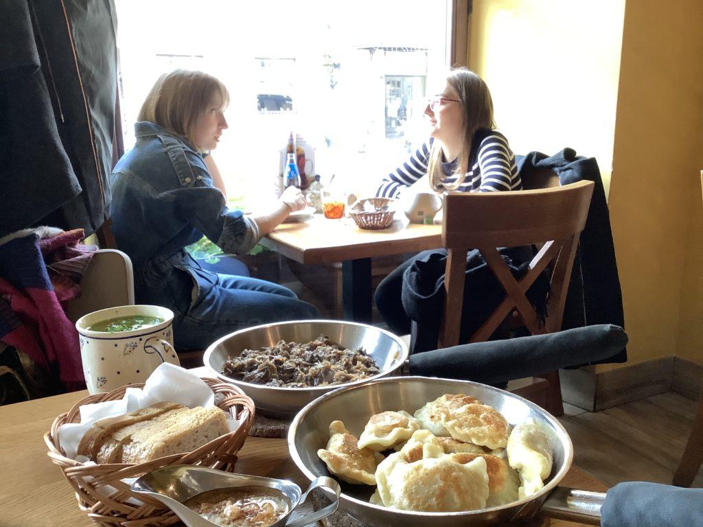 ポーランドレストラン、Zapiecek(ザピエツェク)店内とピエロギとお客さん