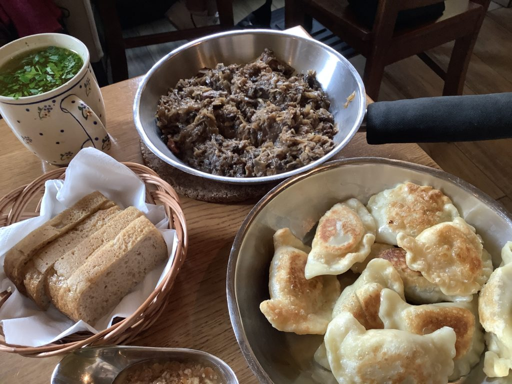 焼きピエロギとお肉料理とパンとスープ