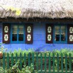 ポーランド、青い壁と藁屋根の家
