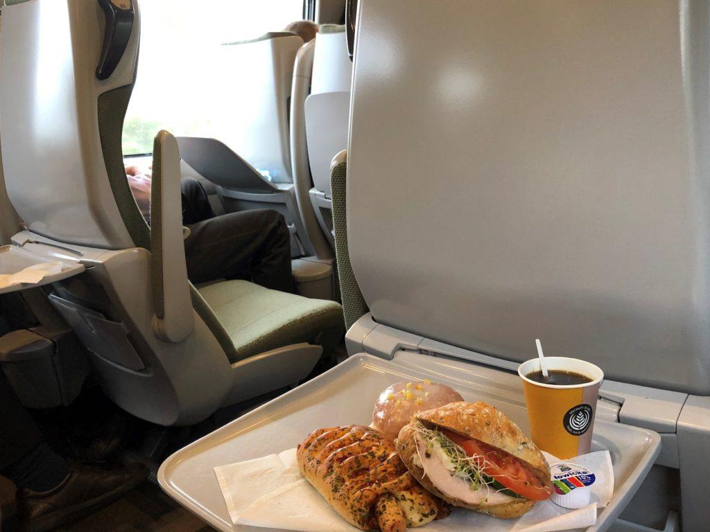 ポーランド鉄道の車内とコーヒーとサンドウィッチ