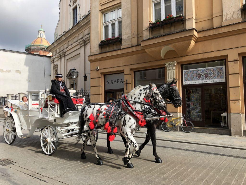 クラクフ旧市街を走る馬車