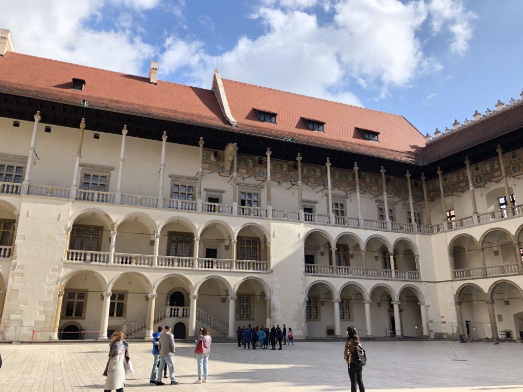 ヴァヴェル城の大広間の外の回廊
