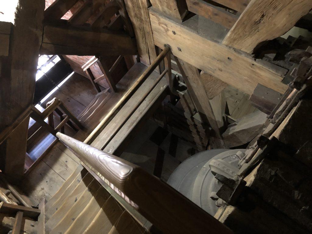ヴァヴェル大聖堂の急階段と木造建築