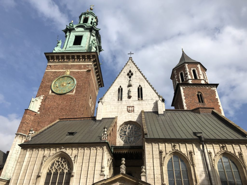 ヴァヴェル大聖堂の2つの塔がある外観