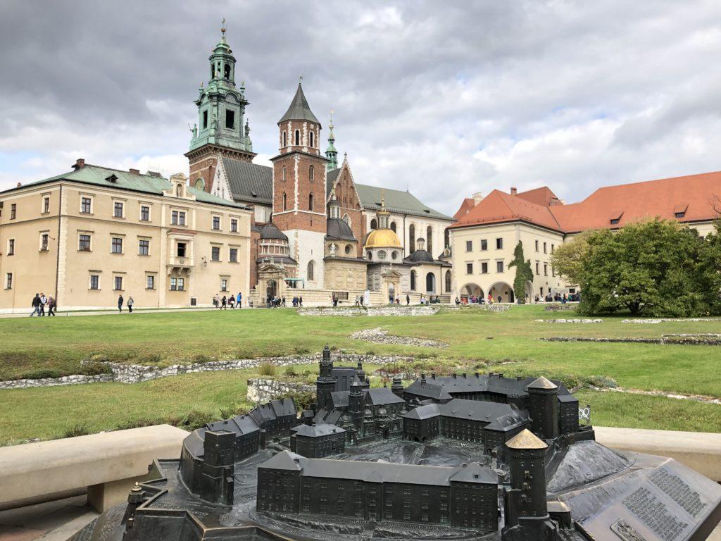 ヴァヴェル城の庭から見えるヴァヴェル大聖堂とヴァヴェル城の金属模型
