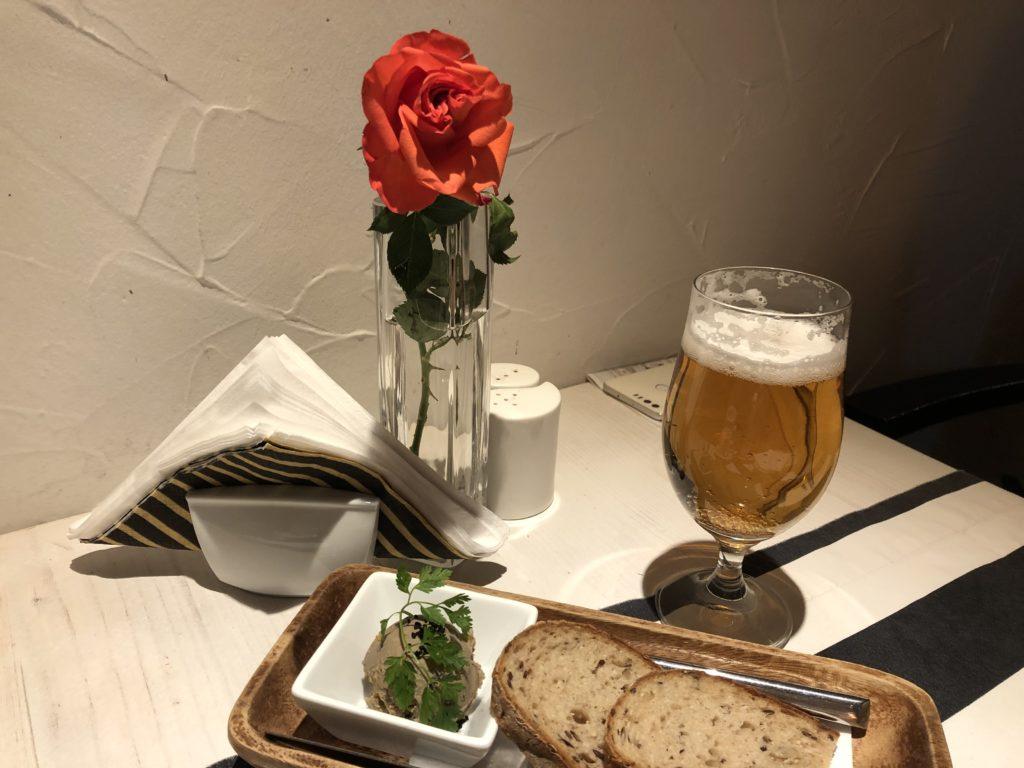 クラクフのレストランのテーブルの上にレバーのパテ、パン、ビール、バラ