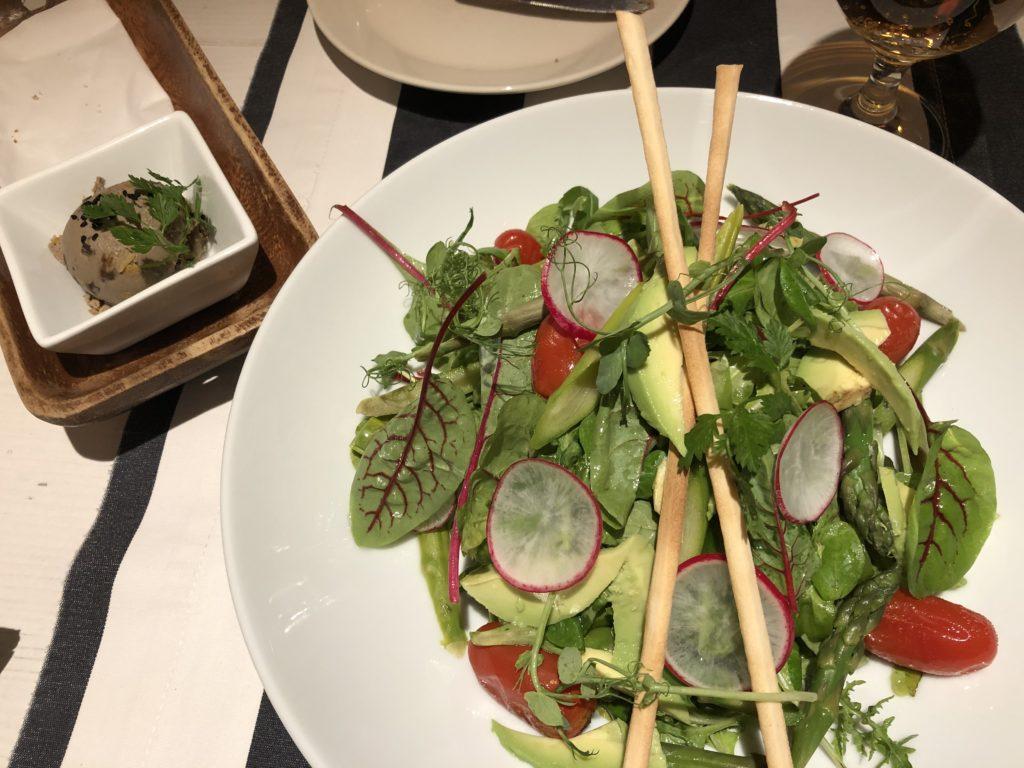 クラクフのレストランのアボガドサラダとグリッシーニ