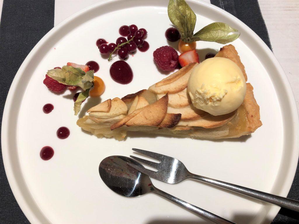 クラクフのレストラン、リンゴケーキとアイスクリームとベリー