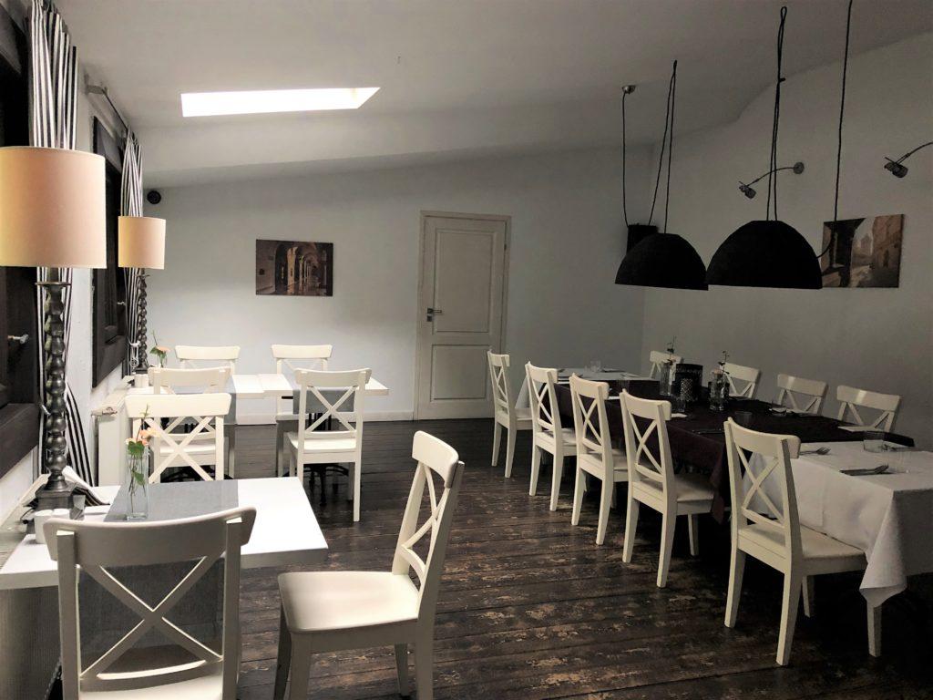 クラクフのレストラン白い机と椅子が並ぶレストラン客席フロア