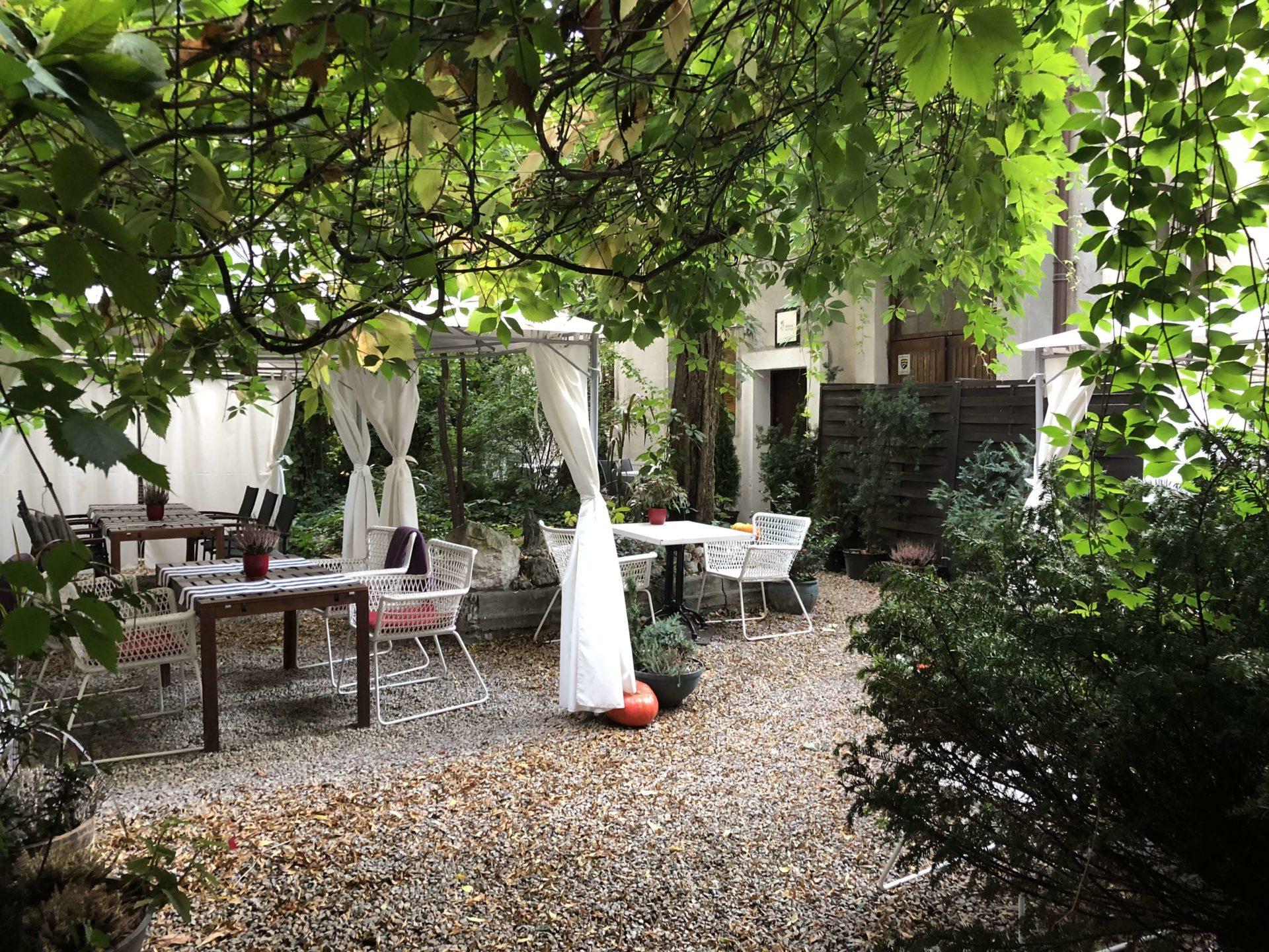 レストランの木々が生い茂る、雰囲気のいい中庭