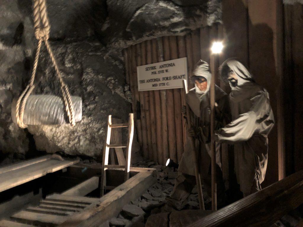 ヴィエリチカ岩塩抗の塩を運ぶ二人の人形
