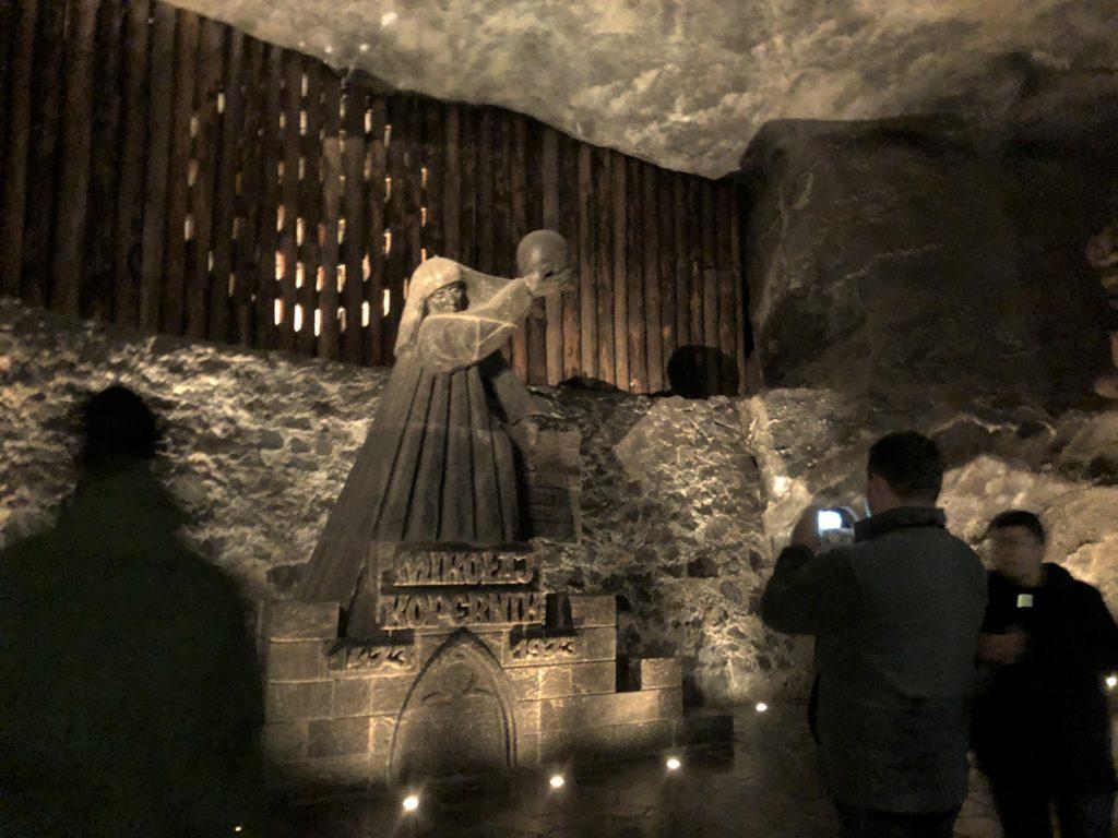 ヴィエリチカ岩塩抗の塩でできたコペルニクスの像