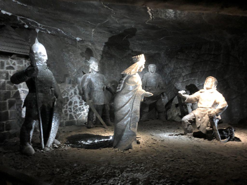 ヴィエリチカ岩塩抗の塩でできた女王と家来の像