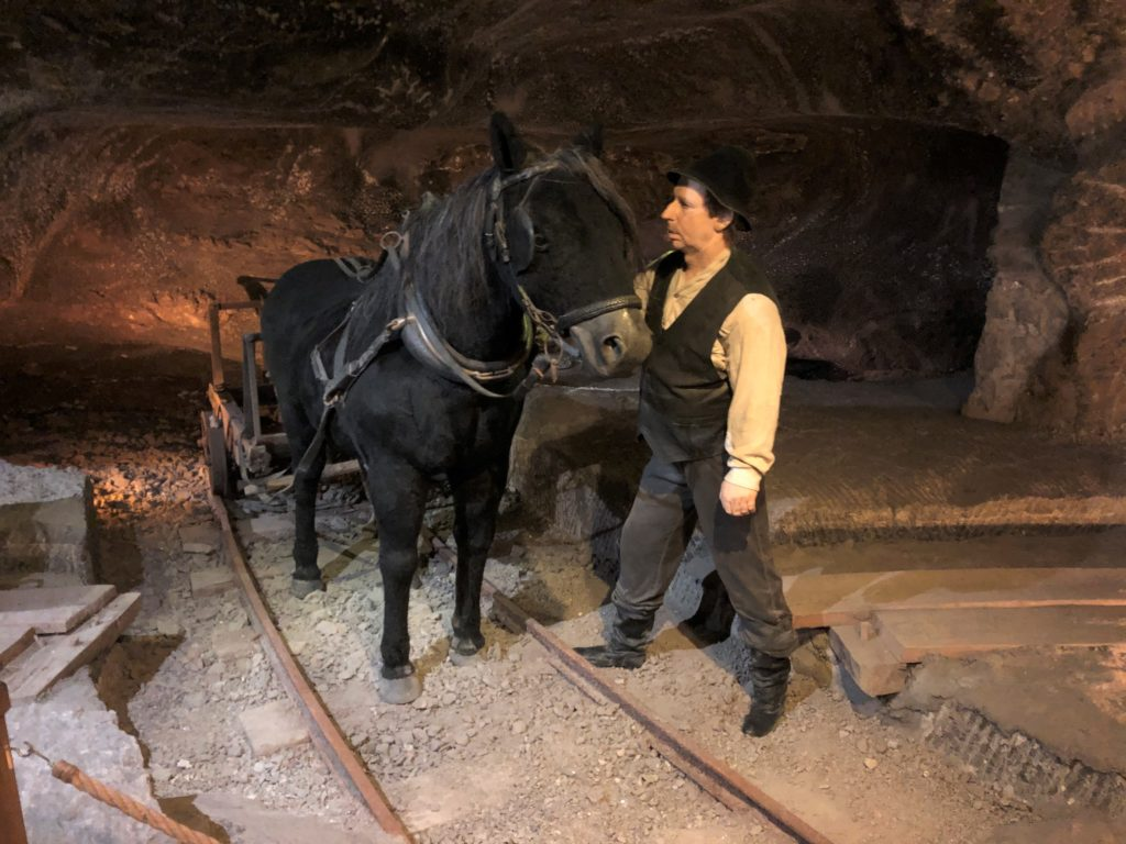 ヴィエリチカ岩塩抗の昔の作業風景が分かる馬と人の等身大人形