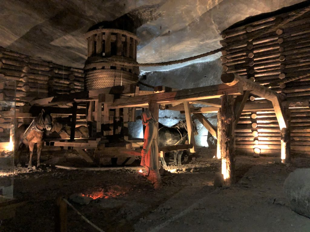 ヴィエリチカ岩塩抗の昔の作業風景が分かる馬3体が滑車を動かしている展示