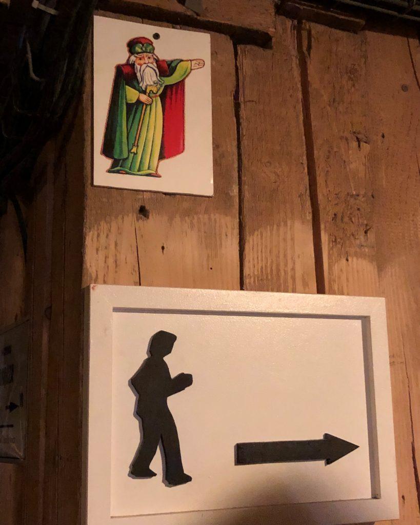ヴィエリチカ岩塩抗のおじさん(妖精)の道しるべの案内板