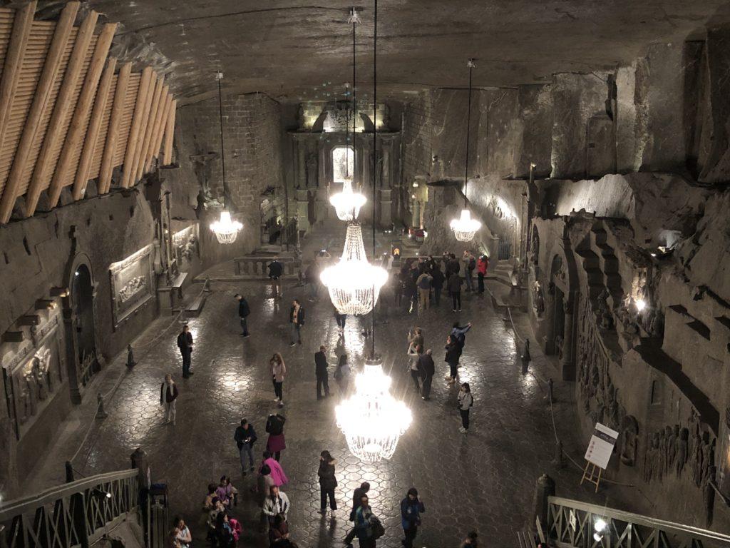 ヴィエリチカ岩塩抗の聖キンガ礼拝堂は広く天井や壁や床も塩で作られている