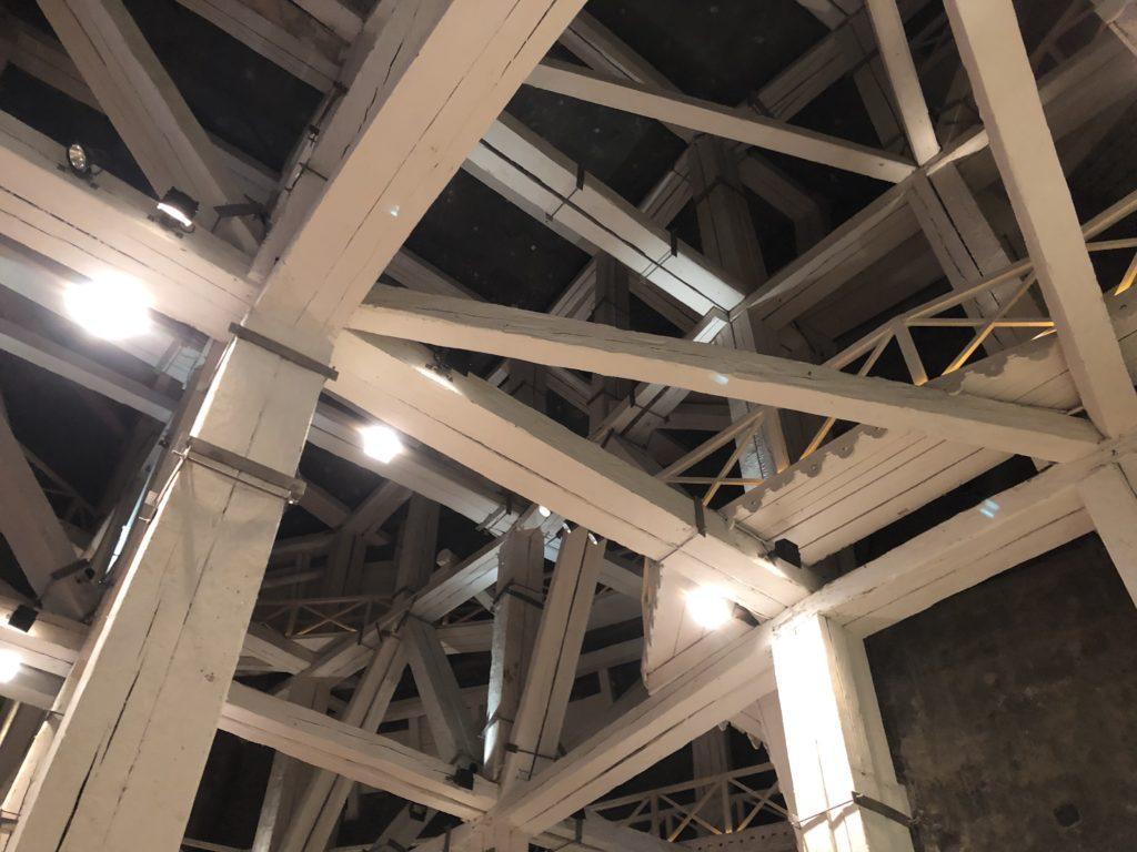 ヴィエリチカ岩塩抗の松の木を石灰で塗装した内部を支える柱や梁