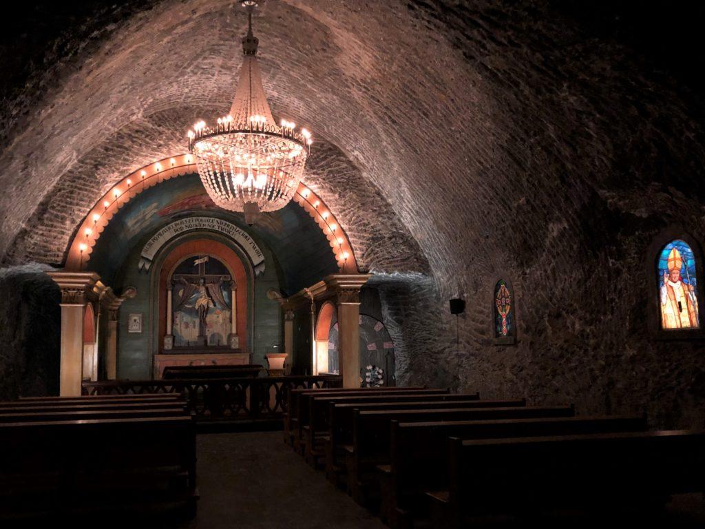ヴィエリチカ岩塩抗の椅子やステンドグラスがある礼拝堂