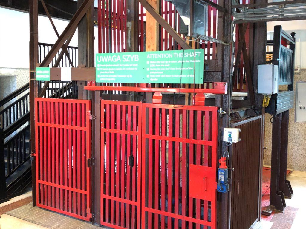 ヴィエリチカ岩塩抗の赤いエレベーター