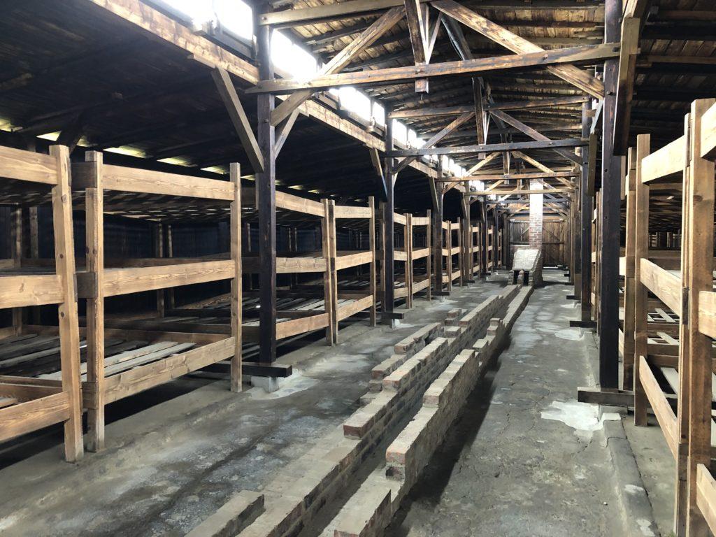 ビルケナウ強制収容所の木のバラック内は2段ベッドが並ぶ