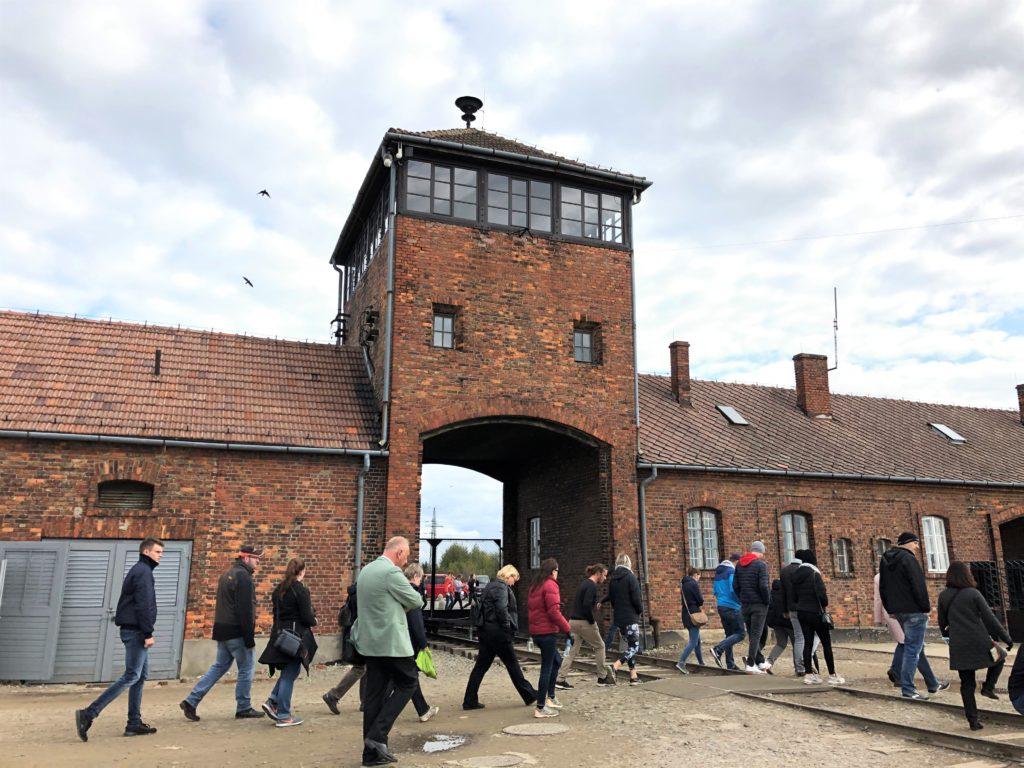 ビルケナウ強制収容所の監視台と多数の観光客