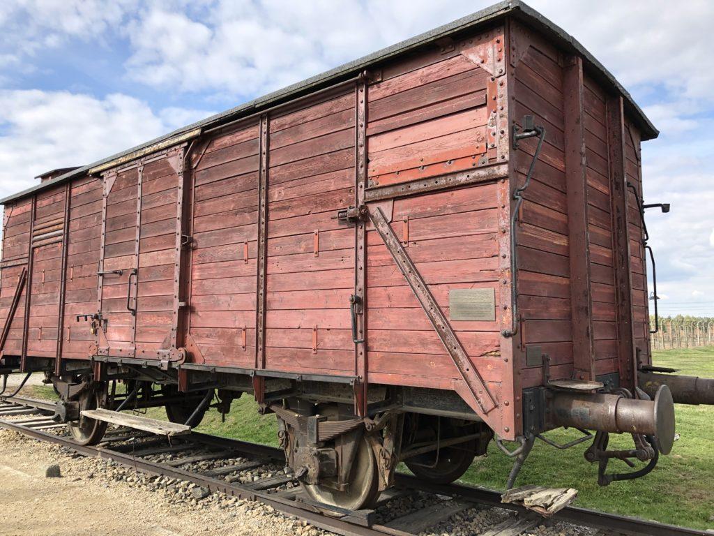 ビルケナウ強制収容所にあるユダヤ人を輸送した木造の貨物列車
