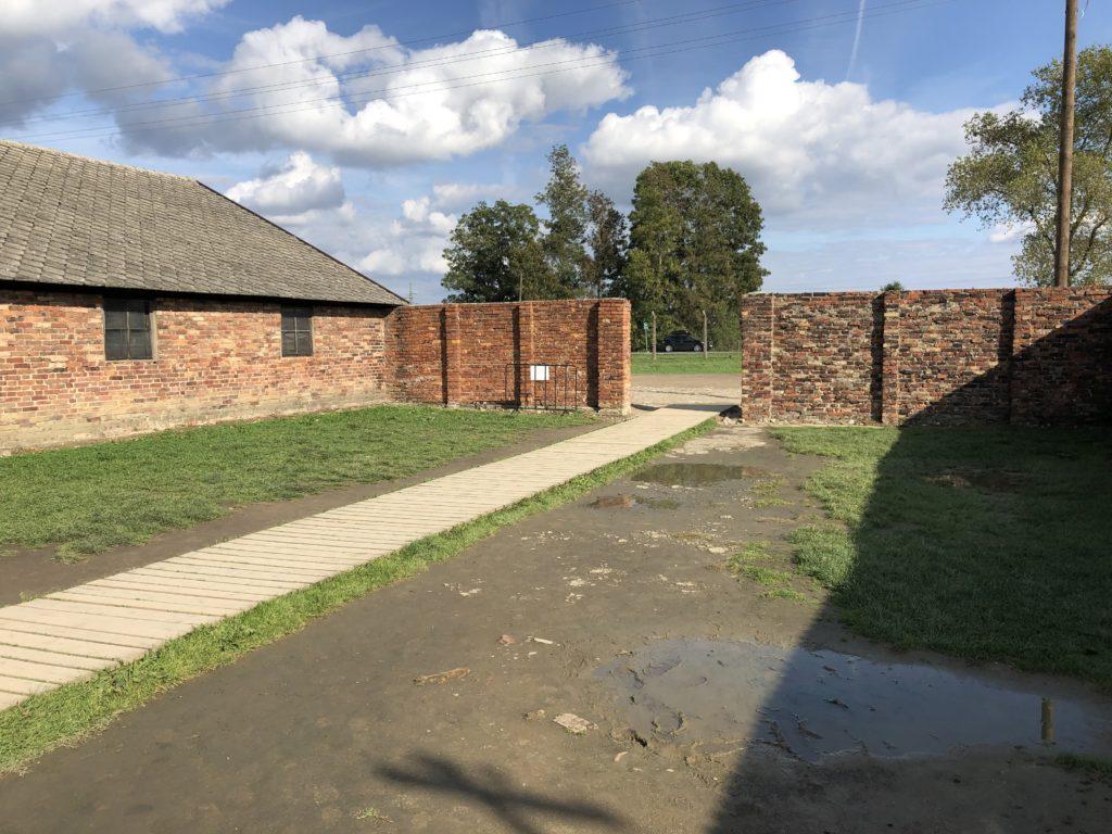 ビルケナウ強制収容所の中庭