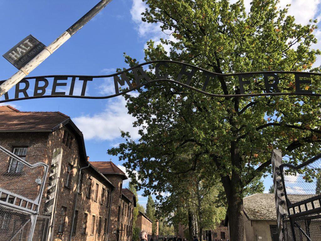 アウシュヴィッツ収容所の門ARBEIT MACHT FREI(働けば自由になる)