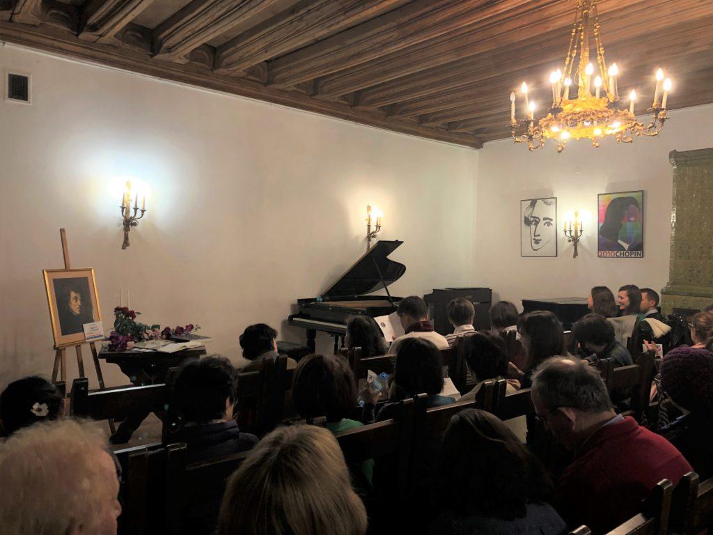 ポーランドのクラクフにあるピアノコンサート会場には大勢のお客さんに集まっている