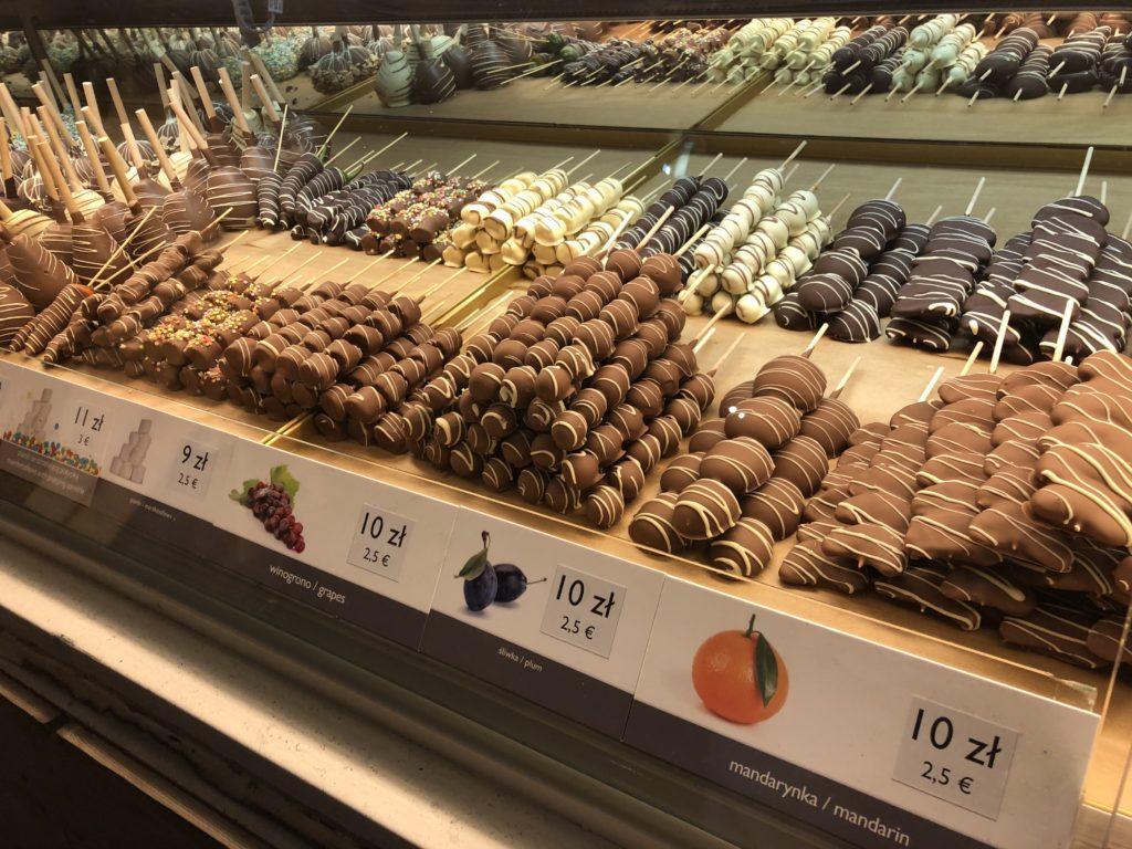 ポーランドのチョコがけフルーツ(オレンジ、プラム、ブドウ)のショーケース