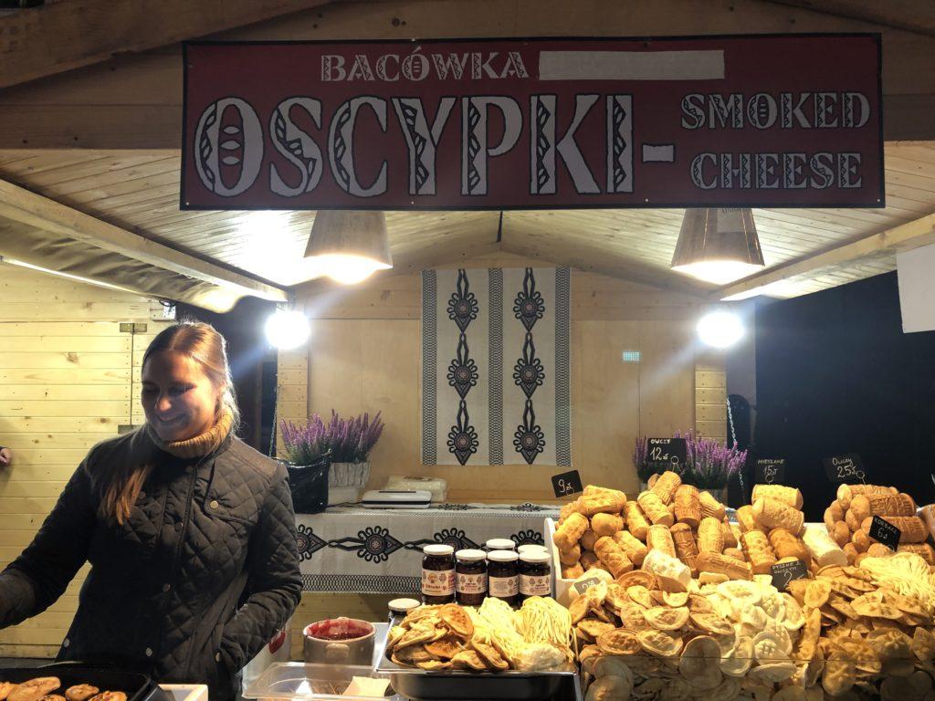SMOKED CHEESE屋台と調理する女性