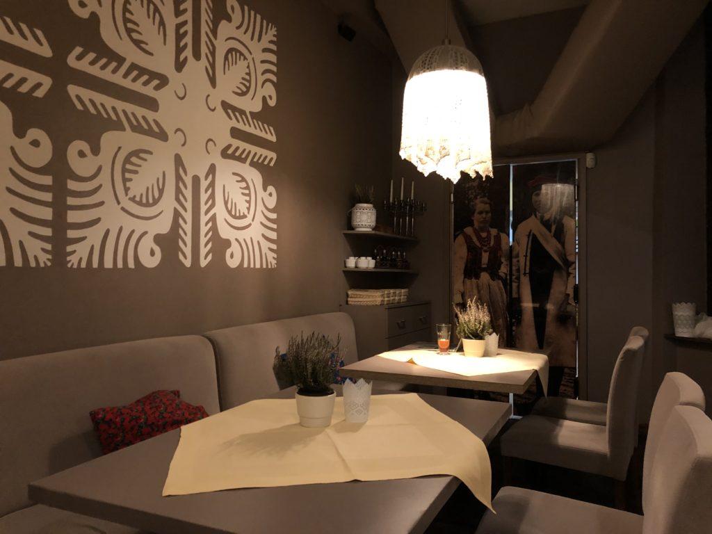 カジミエシュ地区のレストランRestauracja Bombonierkaのグレー基調の内観
