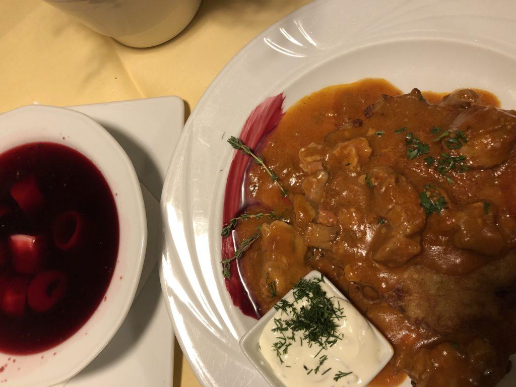 レストランのビーツのスープと牛肉の煮込み